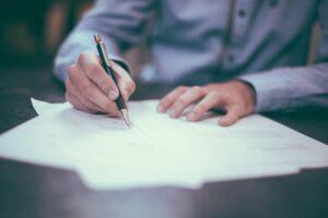 Mann, der einen VOB/B Vertrag unterschreibt