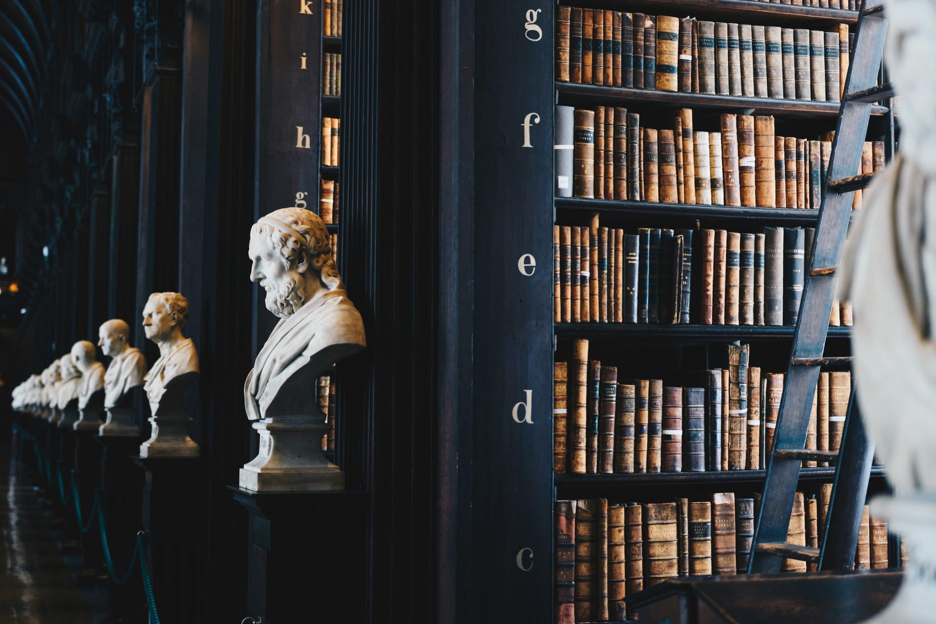 Halle mit einer großen Anzahl von Gesetzesbüchern, auch einer Ausgabe des VOB/B