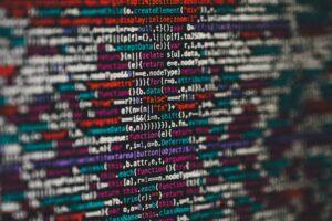 Code text in verschiedenen Farben auf einem Bildschirm
