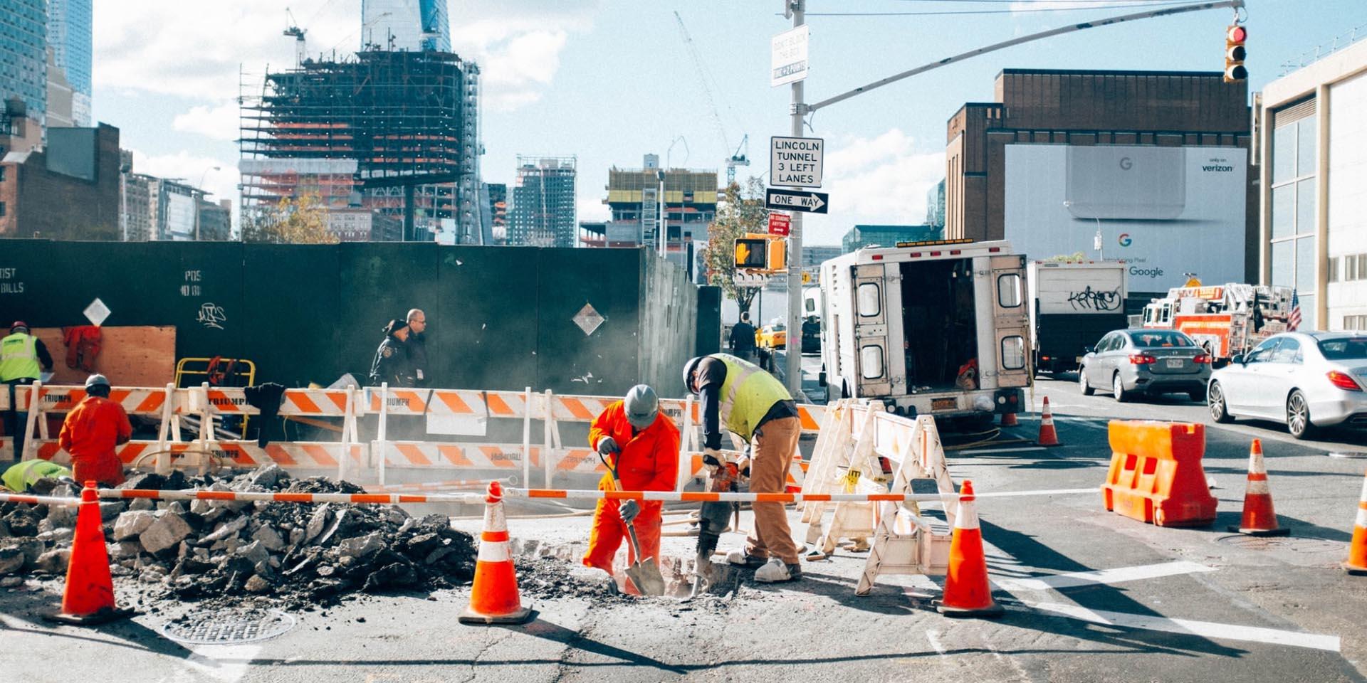 2 Bauarbeiter auf der Baustelle, die vom Fachkräftemangel betroffen sind