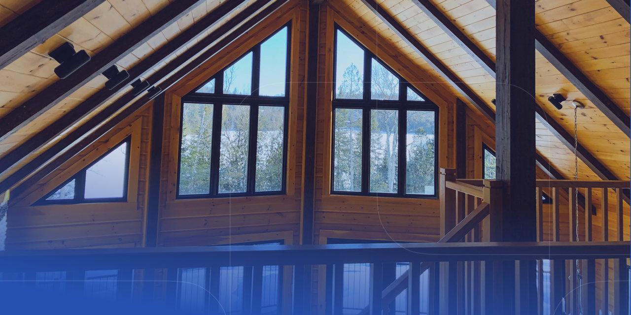 Dachgiebel und Fenster aus Holz